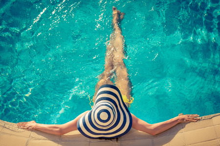 resor: Ung kvinna i poolen. Sommarlovet koncept Stockfoto