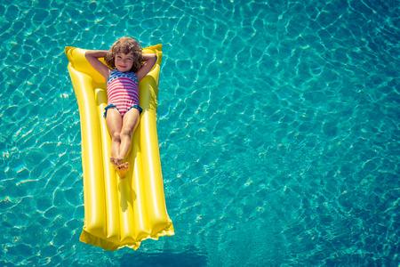 Gelukkig kind spelen in het zwembad. Stockfoto