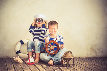 marinero: Niños que juegan con las cosas náuticas de la vendimia. Niños que se divierten en el país. Viajes y la aventura concepto. Imagen en tonos retro