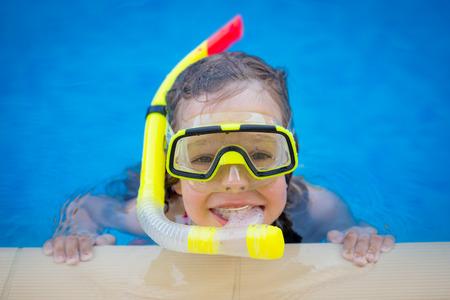 Heureux enfant jouant dans la piscine. concept de vacances d'été Banque d'images