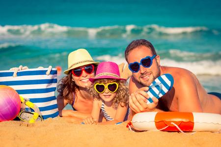 strand: Glückliche Familie, die am Strand spielen. Ferien-Konzept