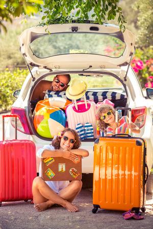 mujer con maleta: Familia que va de vacaciones de verano. Concepto de viaje de coches