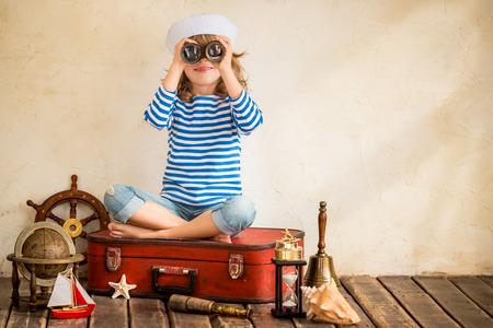 빈티지 해상 물건을 가지고 노는 아이 행복합니다. 아이는 집에서 재미. 여름 바다의 꿈과 상상력. 모험과 여행 개념. 레트로 톤 이미지 스톡 콘텐츠