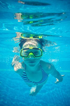 niños nadando: Retrato subacuático de niño feliz. Vacaciones de verano Foto de archivo