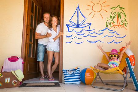 Glückliche Familie im Sommerurlaub. Reisen und Abenteuer-Konzept