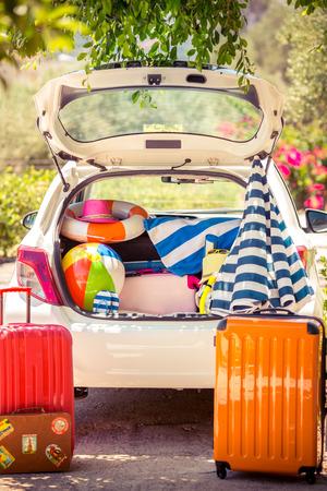 夏の休暇。車旅行の概念