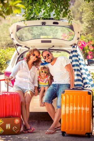 familias jovenes: Familia que va de vacaciones de verano. Concepto de viaje de coches