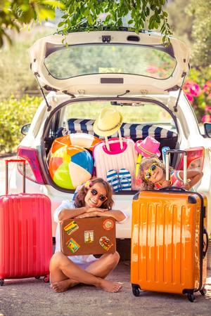 maleta: Familia que va de vacaciones de verano. Concepto de viaje de coches