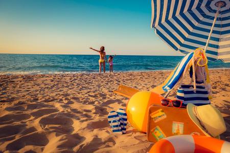 vacanza al mare: Famiglia felice sulla spiaggia. Concetto di vacanza estiva