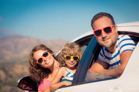 resor: Familjen på semester. Sommarlov och bil resekoncept