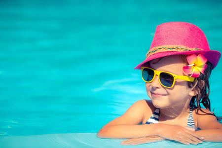 natacion: Retrato del inconformista niño en piscina. Concepto de las vacaciones de verano