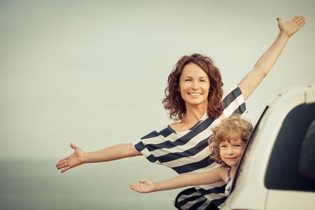 personas felices: Familia de vacaciones. Vacaciones de verano y concepto de los viajes en coche Foto de archivo