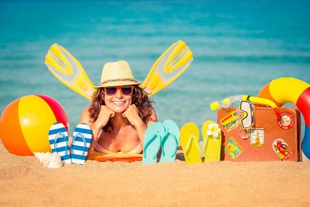 Bonne jeune femme allongée sur la plage. concept de vacances d'été
