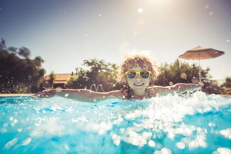 Gelukkig kind spelen in het zwembad. Zomervakantie concept