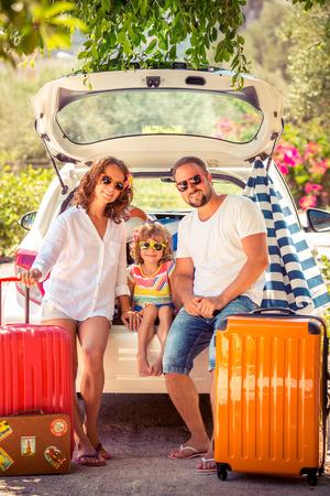 femme valise: Famille de partir en vacances d'�t�. concept de Voyage en voiture Banque d'images