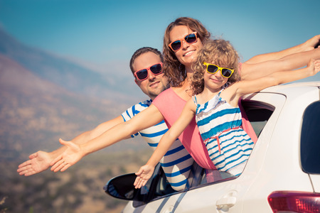 familias jovenes: Familia de vacaciones. Vacaciones de verano y concepto de los viajes en coche Foto de archivo