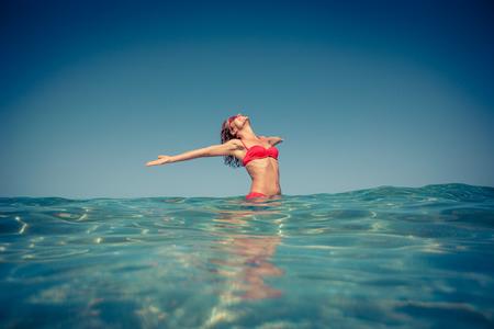 fitness: Mulher nova que aprecia no mar. Conceito de férias de verão