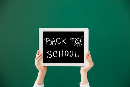 blackboard: Manos que muestran tablet PC contra la pizarra verde. Concepto de la educaci�n Foto de archivo