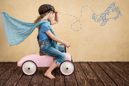 juguetes de madera: Ni�o feliz que juega en casa. Viaje del coche. Las vacaciones de verano y el concepto de viaje Foto de archivo
