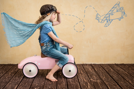 Dzieci: Szczęśliwe dziecko bawi się w domu. Podróż samochodem. Letnie wakacje i koncepcji podróży