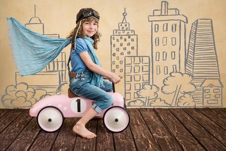 pokoj: Šťastné dítě hrát doma. Auto výlet. Letní prázdniny a cestovní koncept