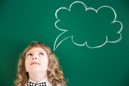 클래스에 학교 아이. 녹색 칠판에 대 한 아이 행복합니다. 교육 개념