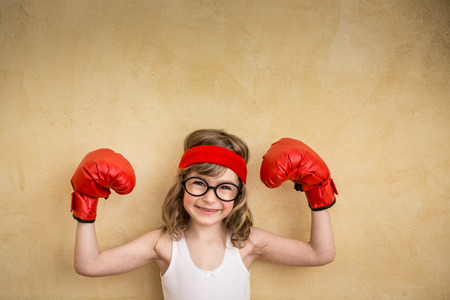 Grappig sterk kind. Macht van het meisje en het feminisme Het concept