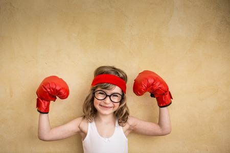 geek: Ni�o fuerte divertido. Girl power y el concepto de feminismo Foto de archivo