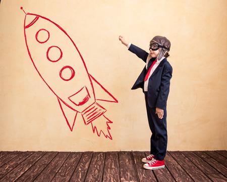 cohetes: Retrato de joven empresario con cohetes dibujado. Éxito, creativa y concepto de inicio. Copiar el espacio para el texto Foto de archivo