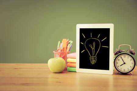 salle de classe: Tablet PC en salle de classe contre le tableau vert. Education concept Banque d'images
