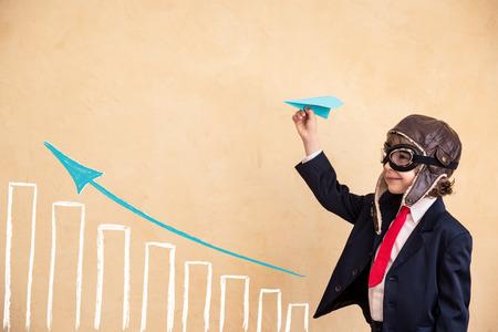 concept: Portret van jonge zakenman met papieren vliegtuig. Succes, creatieve en opstarten concept. Kopiëren ruimte voor uw tekst Stockfoto