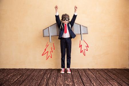 グッズ紙の翼と青年実業家の肖像画。成功・創造・ スタートアップのコンセプトです。テキストのコピー スペース 写真素材