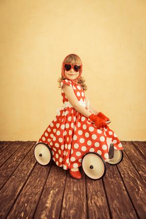 voyage vintage: Heureux enfant jouant à la maison. un voyage en voiture. Les vacances d'été et le concept de Voyage Banque d'images