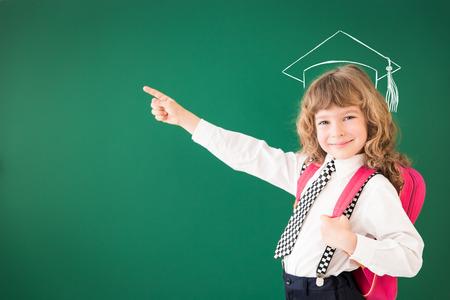 Enfant de l'école en classe. Enfant heureux contre tableau vert. Education concept Banque d'images - 41887292