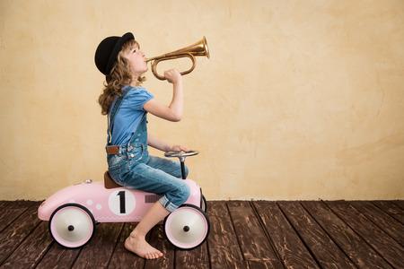 umÃ? ní: Niño feliz que juega en casa. Viaje del coche. Las vacaciones de verano y el concepto de viaje Foto de archivo