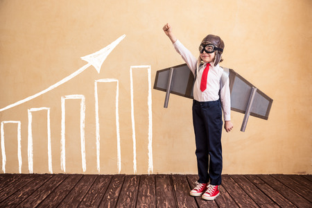 juguetes: Retrato de joven empresario con alas de papel juguete. Éxito, creativa y concepto de inicio. Copiar el espacio para el texto Foto de archivo