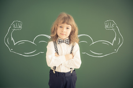 클래스에서 학교 아이입니다. 녹색 칠판에 대하여 행복 한 아이입니다. 교육 컨셉 스톡 콘텐츠