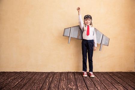 장난감 종이 날개를 가진 젊은 사업가의 초상화입니다. 성공, 창의적이고 시작 개념. 텍스트 복사 공간 스톡 콘텐츠