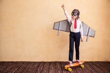 Portret van jonge zakenman met speelgoed papier vleugels. Succes, creatief en startup concept. Kopieer ruimte voor uw tekst Stockfoto