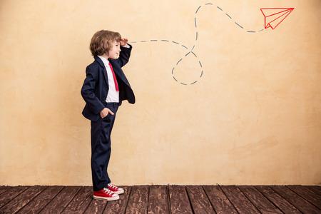 Portret van jonge zakenman met getrokken vliegtuig. Succes, creatieve en opstarten concept. Kopiëren ruimte voor uw tekst