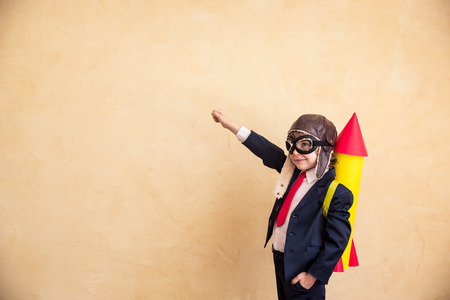 Portrét mladého podnikatele s papírovou raketou. Úspěch, kreativní a uvedení do provozu koncept. Kopírovat prostor pro váš text