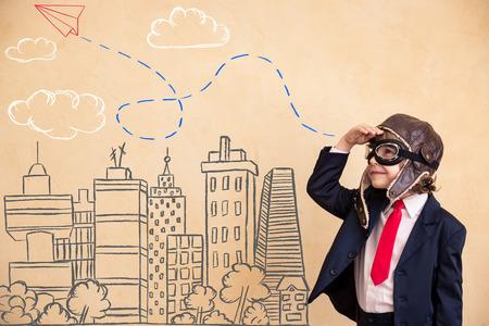 concept: Retrato de joven empresario con avi�n dibujado sobre la ciudad. �xito, concepto creativo y puesta en marcha Foto de archivo