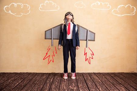 concept: Portret młodego biznesmena z zabawki papierowe skrzydła. Sukces, oszczędny i koncepcja uruchamiania. Skopiuj miejsca na tekst