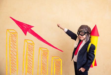 úspěšný: Portrét mladého podnikatele s papírovou raketou. Úspěch, kreativní a uvedení do provozu koncept. Kopírovat prostor pro váš text