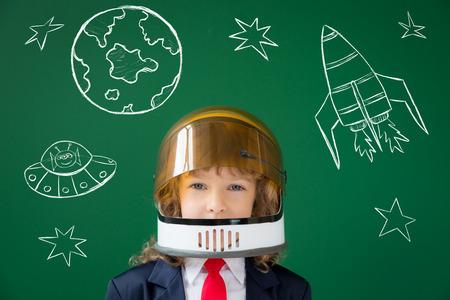 dessin enfants: enfant de l'école en classe. Enfant heureux contre tableau vert. Education concept Banque d'images