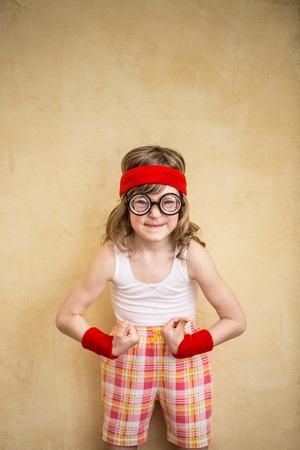 feminismo: Ni�o fuerte divertido. Girl power y el concepto de feminismo Foto de archivo