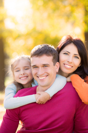 mom dad: Familia feliz que se divierten al aire libre en el Parque de otoño