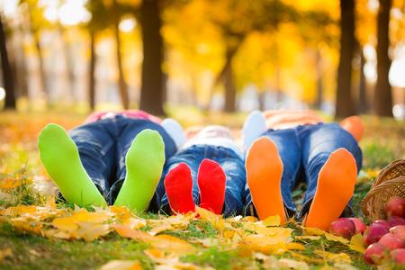 Autumn: Familia feliz que se divierten al aire libre en el Parque de otoño