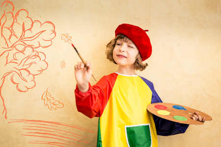 bambini: Bambino felice che gioca in casa. Disegno tema autunno. L'immaginazione e il concetto di libertà