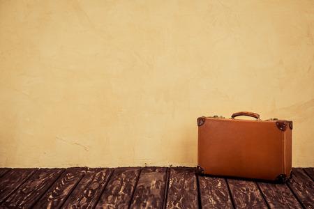 valise voyage: Vintage classique valise en cuir brun. Concept de Voyage